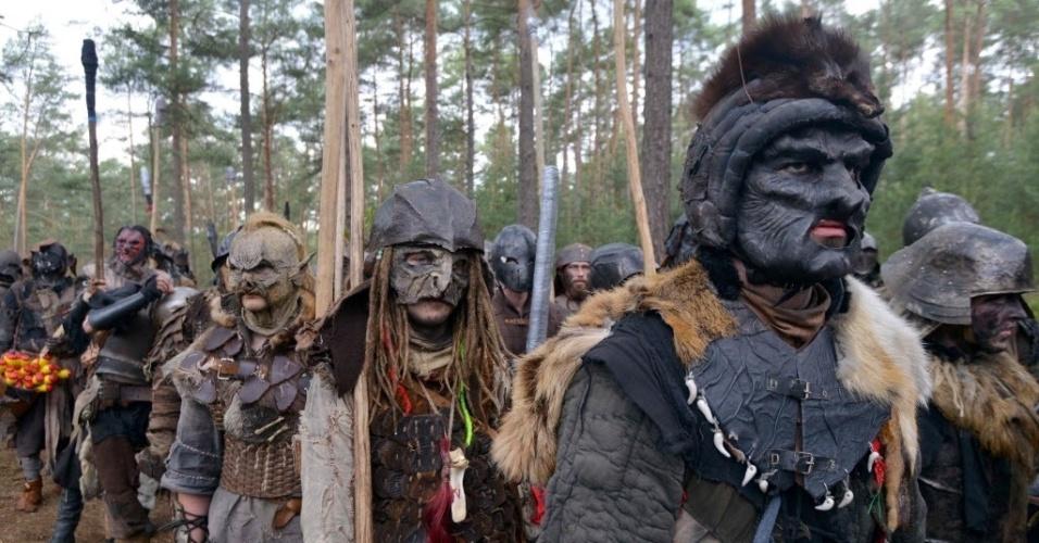 4.jun.2016 - Centenas de fãs de 'O Hobbit', livro escrito por J. R. R. Tolkien em 1937 e que ganhou as telonas do cinema, reencenaram a obra no vilarejo de Doksy, na República Tcheca. No local, distante 80 km da capital Praga, pessoas se fantasiaram de personagens da obra e remontarão a guerra épica que ocorre no livro