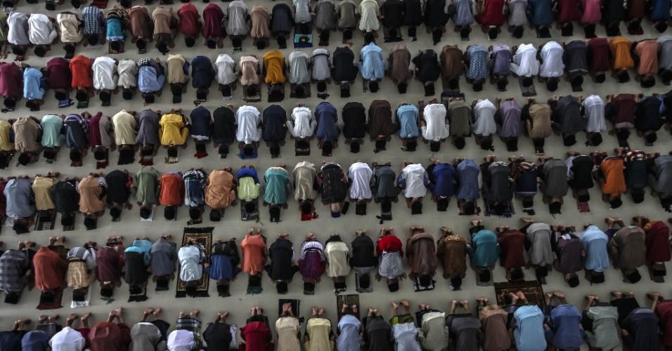 6.jun.2016 - Estudantes muçulmanos rezam durante o primeiro dia do Ramadã em Medan, na Indonésia. O Ramadã é o nono mês do calendário islâmico. No período, os muçulmanos devem ficar em jejum e evitar fumar e ter relações sexuais, desde o nascer até o pôr do sol