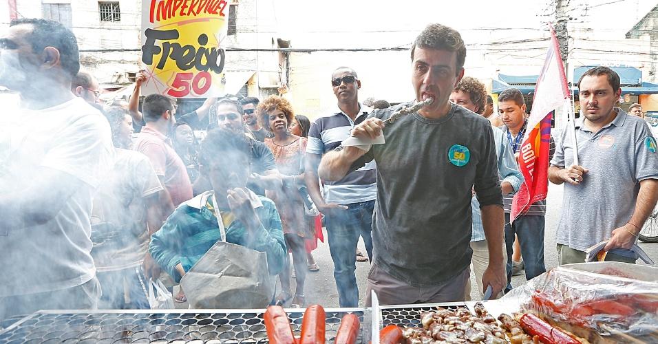 29.out.2016 - O candidato Marcelo Freixo (PSOL) cumpre agenda na Feira de Honório Gurgel e Calçadão de Madureira, no Rio de Janeiro, no seu ultimo dia de campanha antes da votação