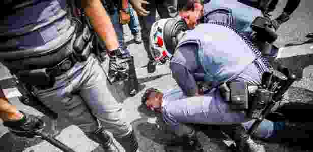 Policial detém manifestante durante o ato na avenida Paulista - Edson Lopes Jr./UOL