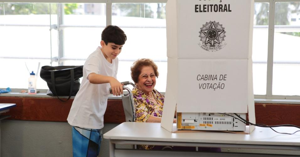 30.out.2016 - Idosa cadeirante vota acompanhada pelo neto em Belo Horizonte (MG). Neste domingo (30), 32,9 milhões de eleitores voltam às urnas para escolher os prefeitos em 57 cidades. Em 25 desses municípios, os prefeitos tentam a reeleição, oito deles em capitais