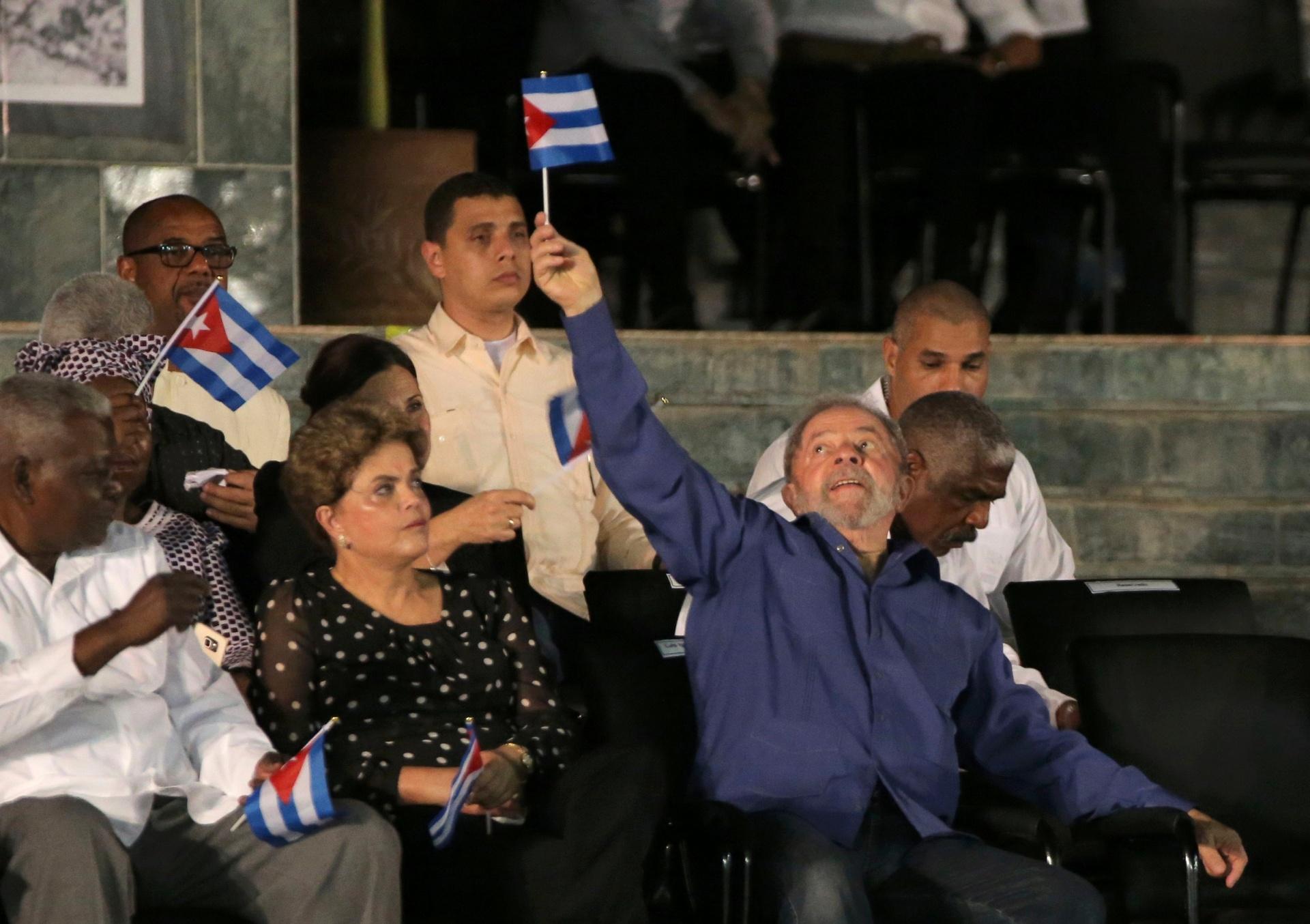 3.dez.2016 - Os ex-presidentes Lula e Dilma participam de cerimônia em Santiago de Cuba em homenagem ao líder cubano Fidel Castro, morto aos 90 anos