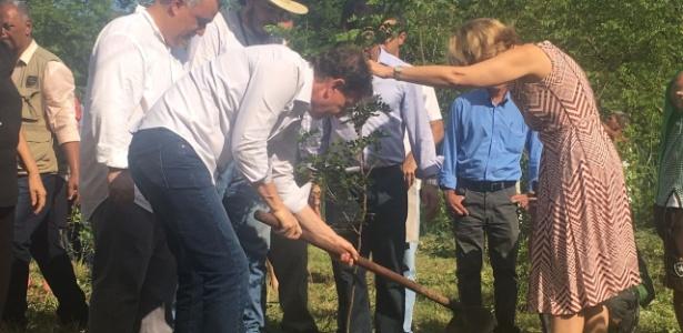 Crivella plantou em Bangu uma muda de pau brasil ao lado da mulher, do filho e de secretários de seu governo