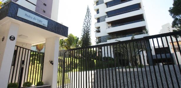 13.jan.2017 - Policiais federais cumpriram buscas em um imóvel do ex-ministro Geddel Vieira Lima (PMDB) no edifício Pedra do Valle, em Salvador