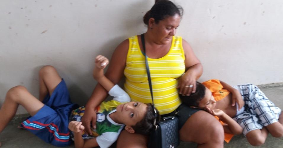 """A paciente Rosenilda de Sousa, também moradora da cidade de Patos, tem de viajar com seus dois filhos pequenos para João Pessoa para realizar seu tratamento. """"É cansativo, chega a ser desumano. Faço esse esforço porque é para cuidar dos meninos. Se fosse só para mim acho que não teria coragem"""", conta"""