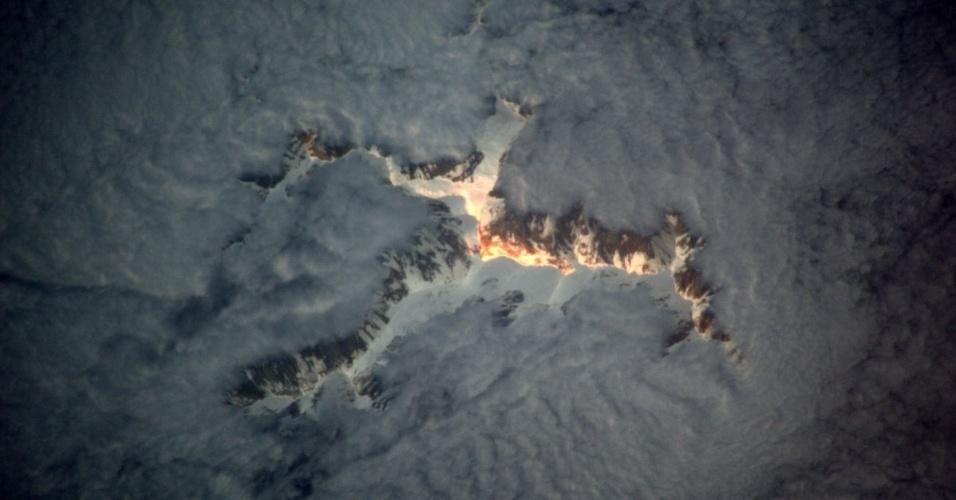 18.jan.2017 - Você sabe o que está acontecendo nesta foto? É o último raio de sol no topo de uma montanha, que está emergindo das nuvens. A imagem foi registrada pelo astronauta francês Thomas Pesquet, que está na Estação Espacial Internacional (ISS)