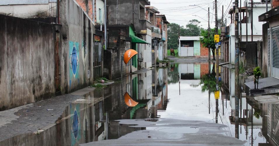 18.jan.2017 - Rua alagada no Jardim Pantanal, região do Itaim Paulista, Zona Leste de São Paulo (SP)