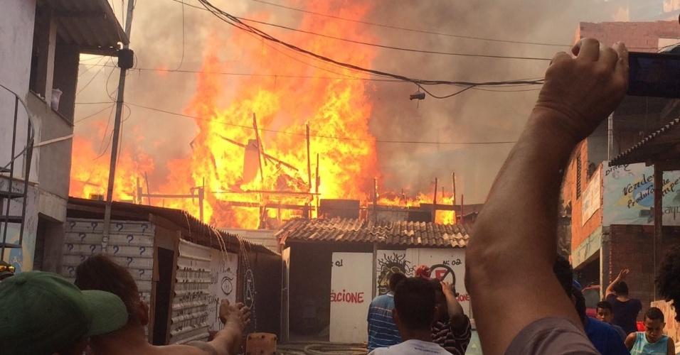 1.mar.2017 - incêndio em Paraisópólis (SP) atingiu ao menos 50 barracos