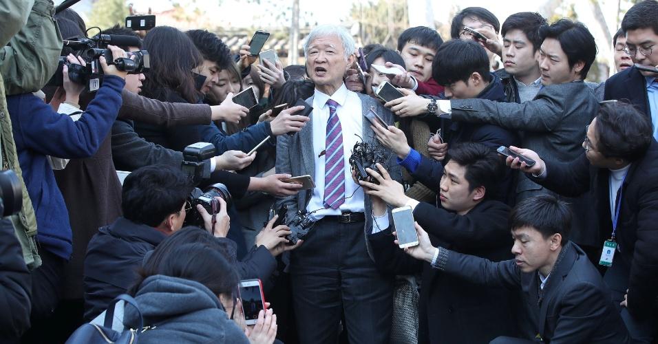 10.mar.2017 - Seo Seok-gu, advogado da presidente impugnado Park Geun-hye, fala após o impeachment ser aceito pelo Tribunal Constitucional em Seul