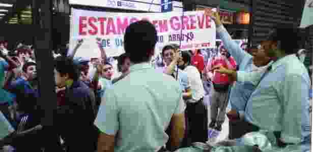 Piqueteiros obrigam comerciantes a fechar as portas na rua Direita, durante greve geral convocada pelas centrais sindicais, em São Paulo, em 22 de maio de 1991 - Luiz Carlos Murauskas/Folhapress