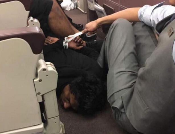 Passageiro que teria ameaçado voo da Malaysia Airlines é imobilizado por comissário