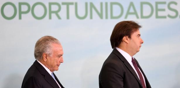Segundo a Constituição, Rodrigo Maia (d) assumiria a presidência em caso de cassação ou renúncia de Michel Temer