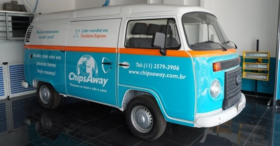 Kombi da franquia ChipsAway no Brasil, que faz serviço de funilaria express