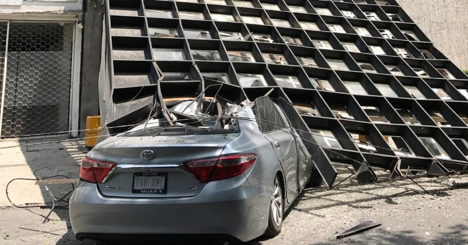 19.set.2017 - Parte de prédio caí em carro após forte terremoto atingir a Cidade do México