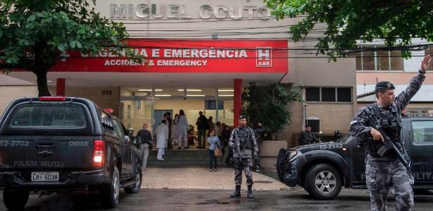Policiais guardam a entrada do hospital Miguel Couto, no Rio, depois que a turista espanhola foi morta