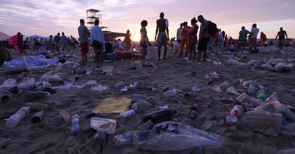 Garis da Comlurb fazem a limpeza da praia de Copacabana na manhã desta segunda-feira. Ainda havia pessoas na praia pela manhã