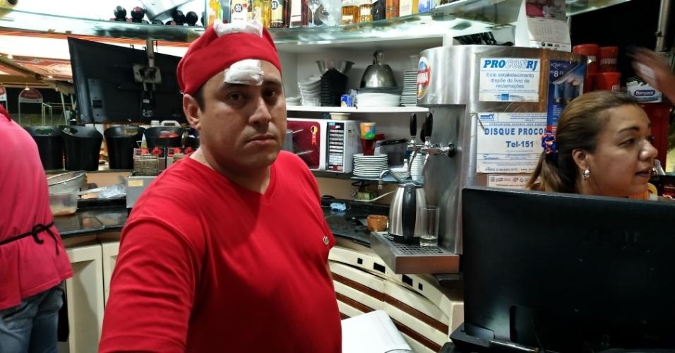 18.jan.18 - Garçom de um quiosque da orla, o venezuelano Kristofer Finol, 40, relatou que houve correria entre os clientes