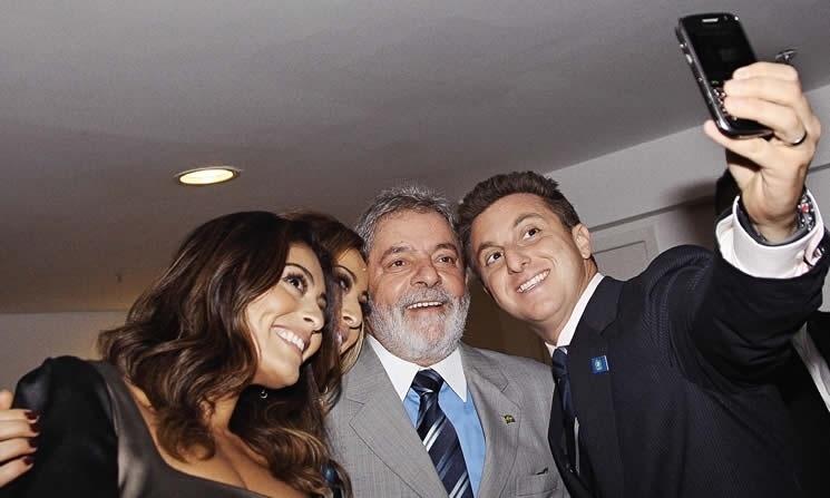 2009 - Durante premiação da Revista IstoÉ Gente, em dezembro de 2009, Luciano Huck tirou uma selfie com Lula