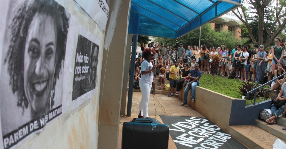 15.mar.2018 - Alunos da Unicamp fizeram uma vigília na tarde desta quinta-feira (15) em memória da vereadora Marielle Franco (PSOL-RJ). O ato ocorreu no IFCH (Instituto de Filosofia e Ciências Humanas), em Campinas
