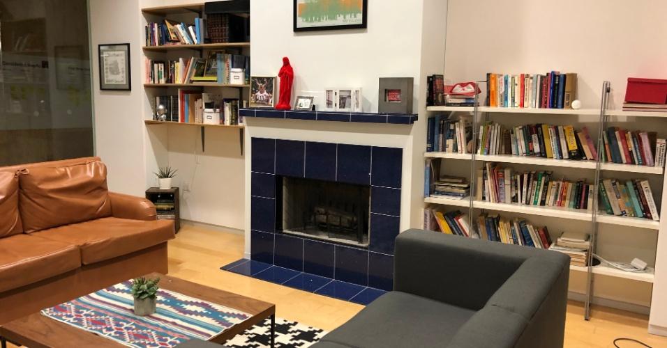 Existe uma sala que é uma réplica exata do apartamento onde fundadores do Airbnb receberam os primeiros hóspedes - até os livros são os mesmos