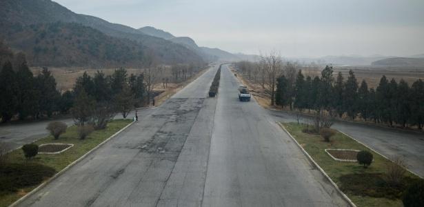 Foto de arquivo mostra trecho de estrada em Pyongyang onde um acidente com um ônibus matou trinta e dois turistas chineses e quatro trabalhadores norte-coreanos - Ed Jones/AFP