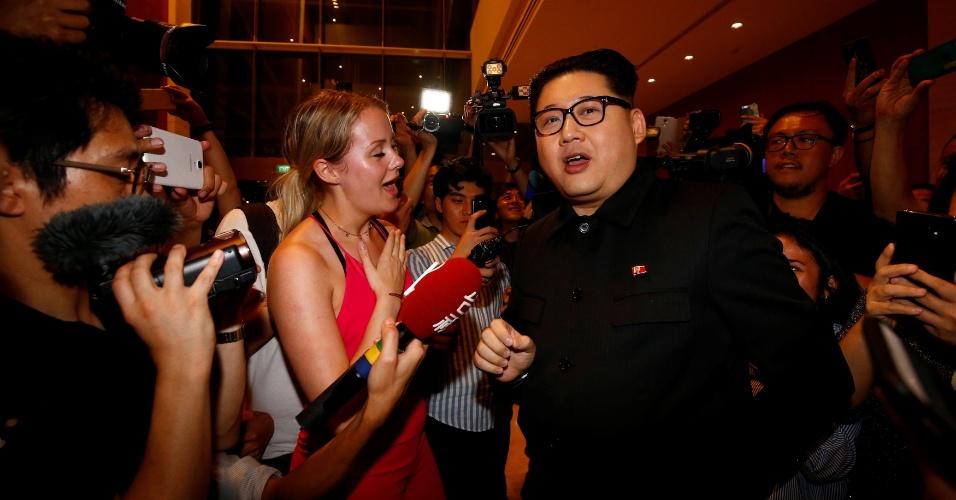 11.jun.2018 - Howard, um imitador chinês de Kim Jong-un conversa com populares 15 minutos depois de o líder original da Coreia do Norte sair do hotel Marina Bay Sands em Singapura