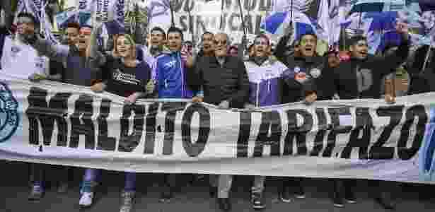 """1.jul.2018 - Argentinos protestam contra o que apelidaram de """"tarifaços"""" - reajuste dos preços de serviços básicos como gás e transporte público - EITAN ABRAMOVICH / AFP - EITAN ABRAMOVICH / AFP"""