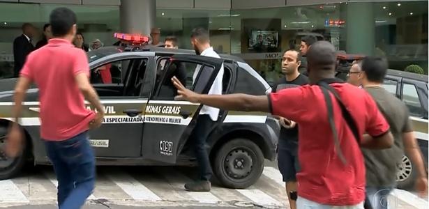 Troca de tiros entre os policiais civis aconteceu no estacionamento de um hospital de Juiz de Fora
