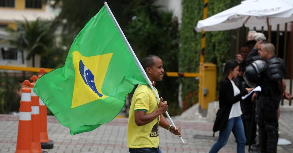29.out.2018 - Eleitores do presidente eleito Jair Bolsonaro (PSL) se manifestam em frente ao apartamento do político