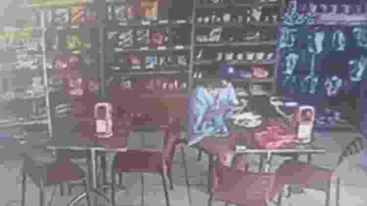 Imagem de circuito interno mostra Fabiane sozinha tomando café da manhã antes de desaparecer - Reprodução - Reprodução
