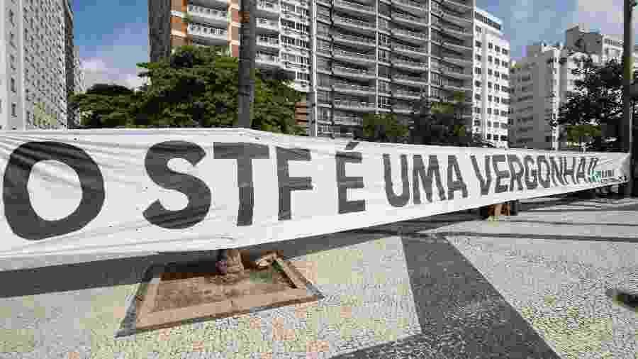 17.mar.2019 - Faixa de protesto contra o STF (Supremo Tribunal Federal) é estendida em Copacabana, no Rio de Janeiro (RJ), neste domingo (17) - JOSE LUCENA/FUTURA PRESS/FUTURA PRESS/ESTADÃO CONTEÚDO