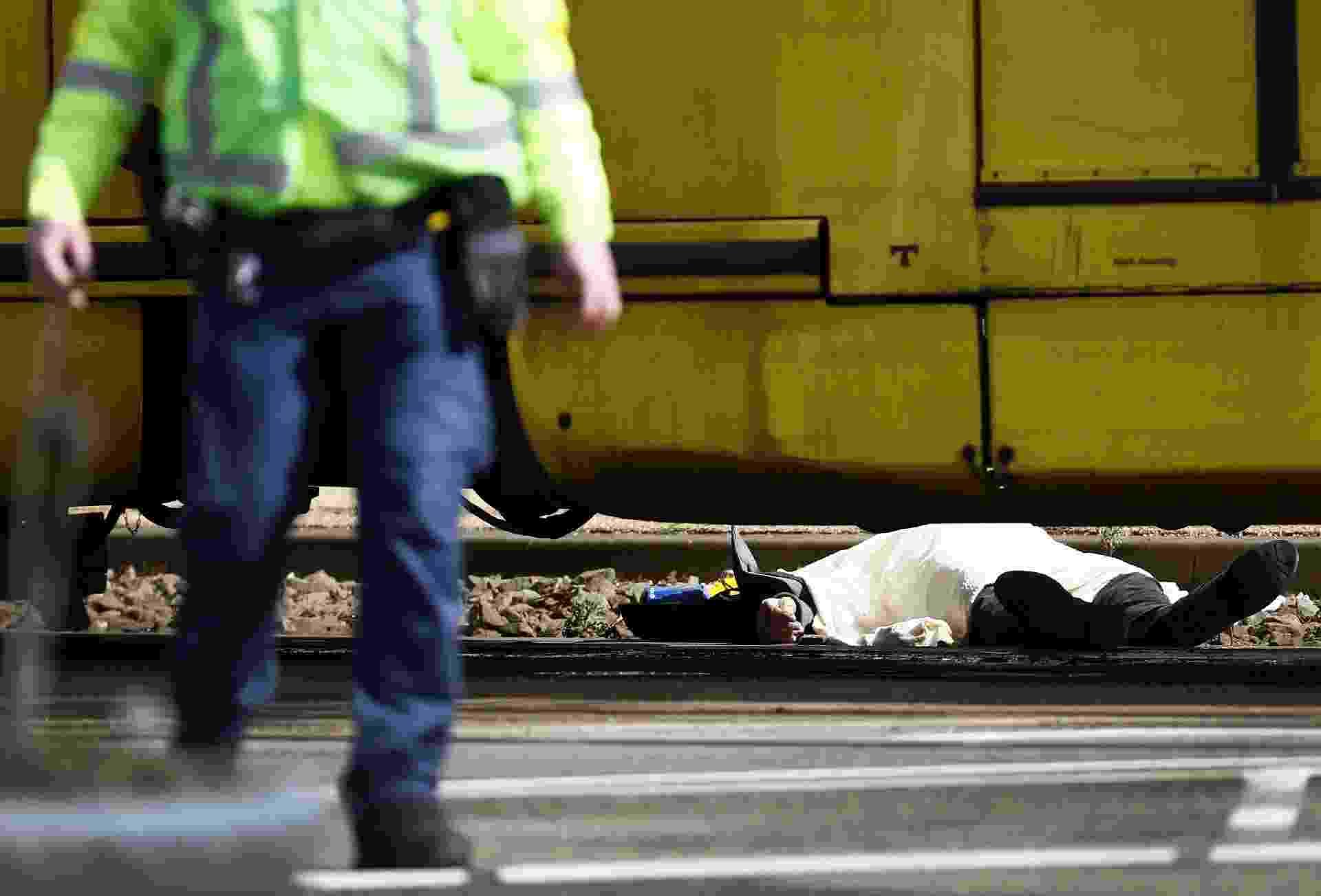18.mar.2019 - Um corpo foi coberto por um lençol branco próximo ao bonde elétrico que foi cenário de uma ataque a tiros, em Utrecht, na Holanda - Robin van Lonkhuijsen/ANP/AFP