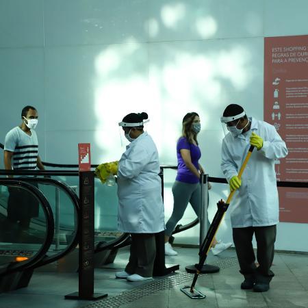 11.jun.2020 - Trabalhadores de limpeza higienizam a entrada do Shopping Leblon - ANDRE MELO ANDRADE/ESTADÃO CONTEÚDO