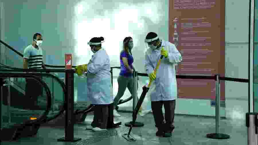 Trabalhadores de limpeza higienizam a entrada do Shopping Leblon, no Rio - ANDRE MELO ANDRADE/ESTADÃO CONTEÚDO