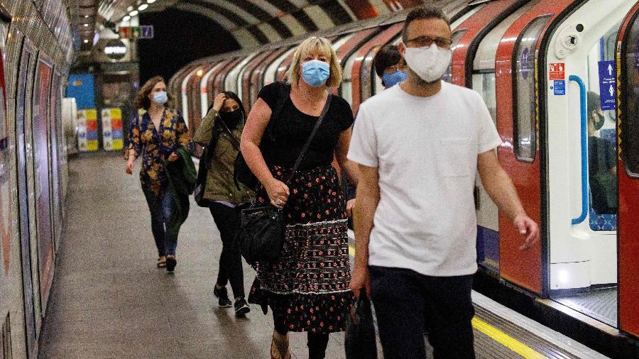 Passageiros de transporte público usam máscaras de proteção em Londres  - Tolga Akmen/ AFP
