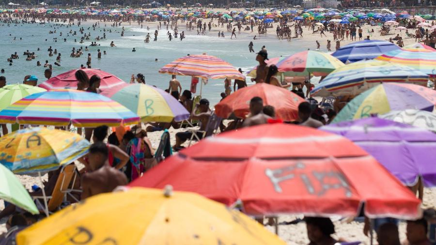 Praia de Ipanema registra aglomeração no último domingo (27). Mesmo sendo desrespeitada, permanência na faixa de areia segue proibida - DANIEL RESENDE/FUTURA PRESS/FUTURA PRESS/ESTADÃO CONTEÚDO