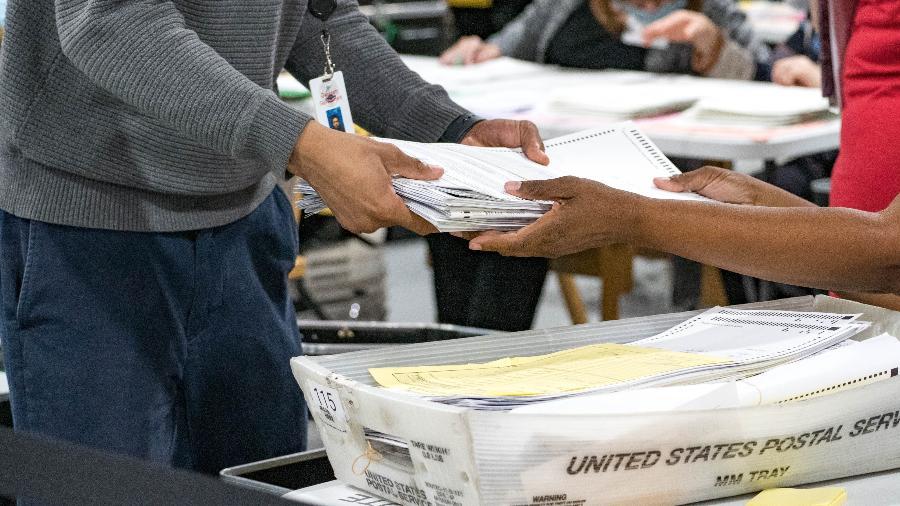 Funcionários recontam votos na Geórgia, onde Joe Biden venceu Donald Trump nas eleições de 2020 - Megan Varner/Getty Images/AFP
