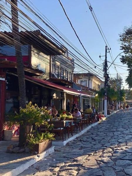 Rua das Pedras, em Búzios, sem circulação de pessoas, mas com mesas ocupadas - Divulgação