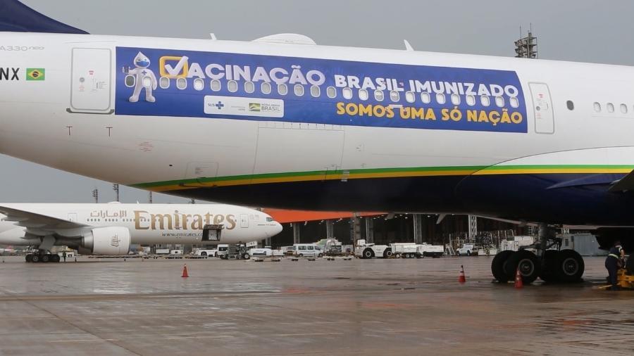 Avião da Azul foi adesivado especialmente para a missão de trazer 2 milhões de doses da Índia - Divulgação