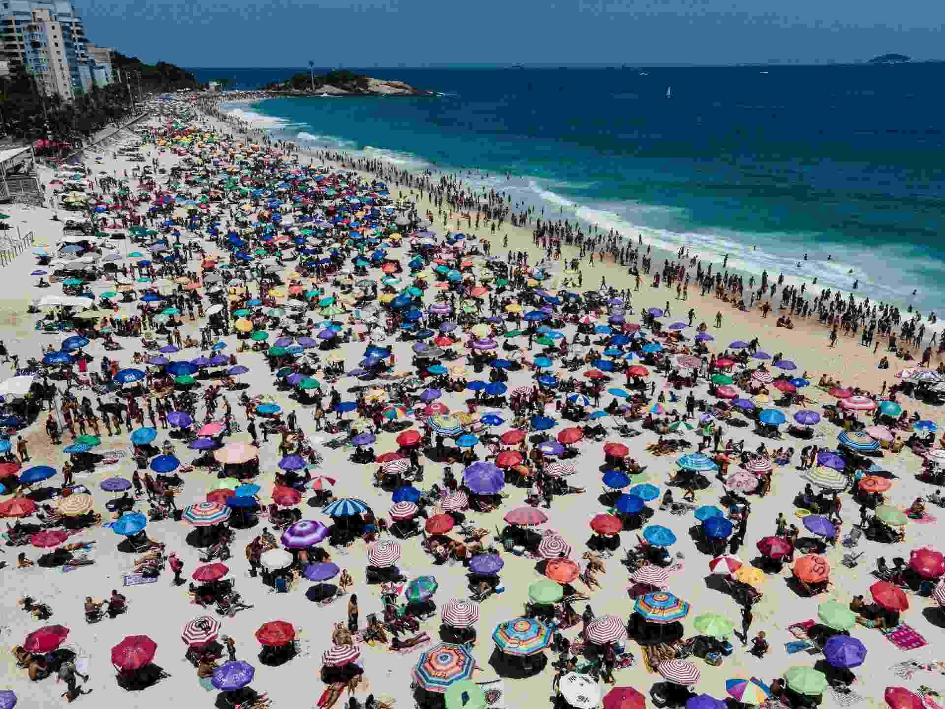 20 jan. 2021 - A Praia de Ipanema, no Rio de Janeiro, ficou lotada nesta quarta-feira. - THIAGO RIBEIRO/ESTADÃO CONTEÚDO