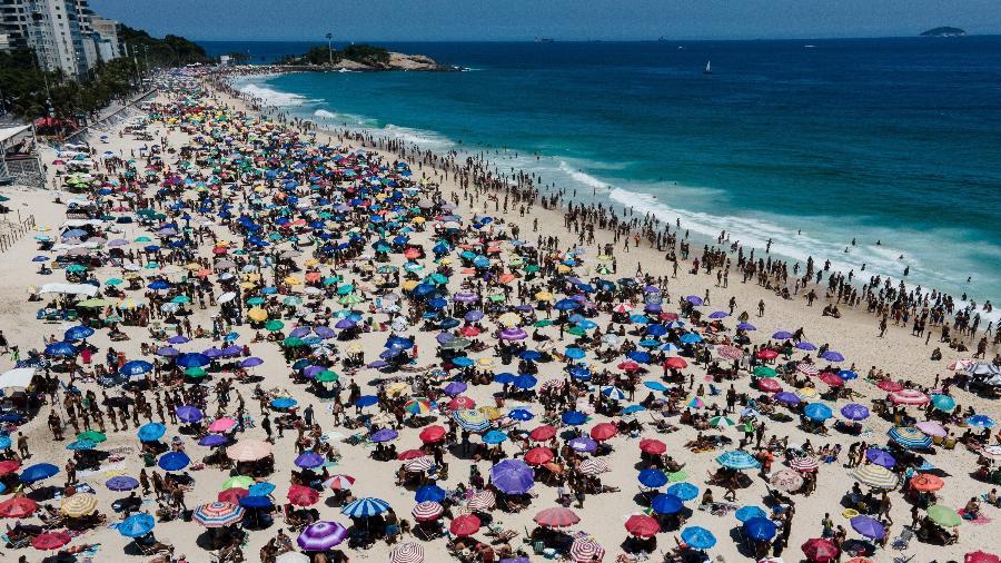 20 jan. 2021 - Praia de Ipanema, no Rio de Janeiro, ficou lotada nesta quarta-feira - THIAGO RIBEIRO/ESTADÃO CONTEÚDO