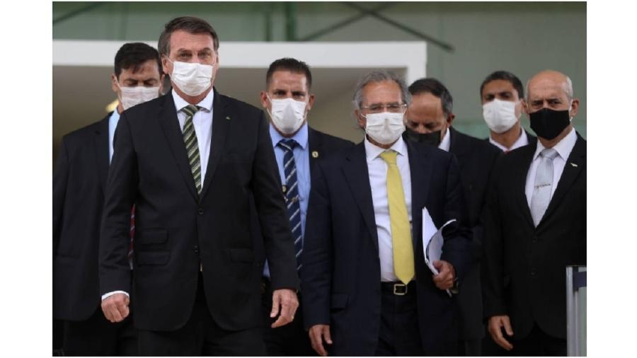 Em primeiro plano, Jair Bolsonaro, Paulo Guedes e Luiz Eduardo Ramos após visita surpresa ao STF, no dia 7 de maio do ano passado. Discurso não mudou. Mas o número de mortos cresceu 4.533% - Pedro Ladeira/Folhapress