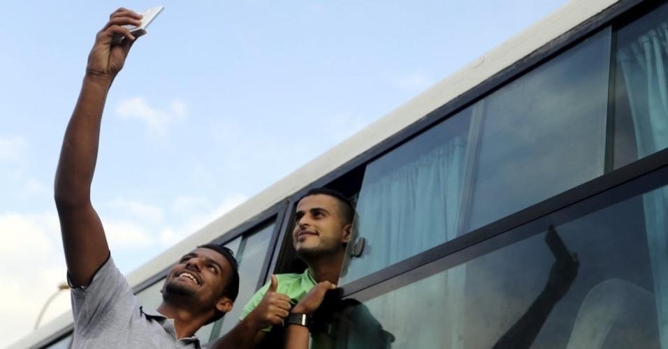 23.jun.2015 - Palestinos fazem uma selfie antes de cruzar a fronteira entre Gaza e Egito pela cidade de Rafah. O Egito abriu a fronteira por três dias