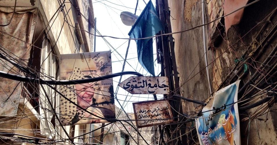 Fios elétricos emaranhados cobrem foto de Yasser Arafat em viela do campo de Chatila, no Líbano