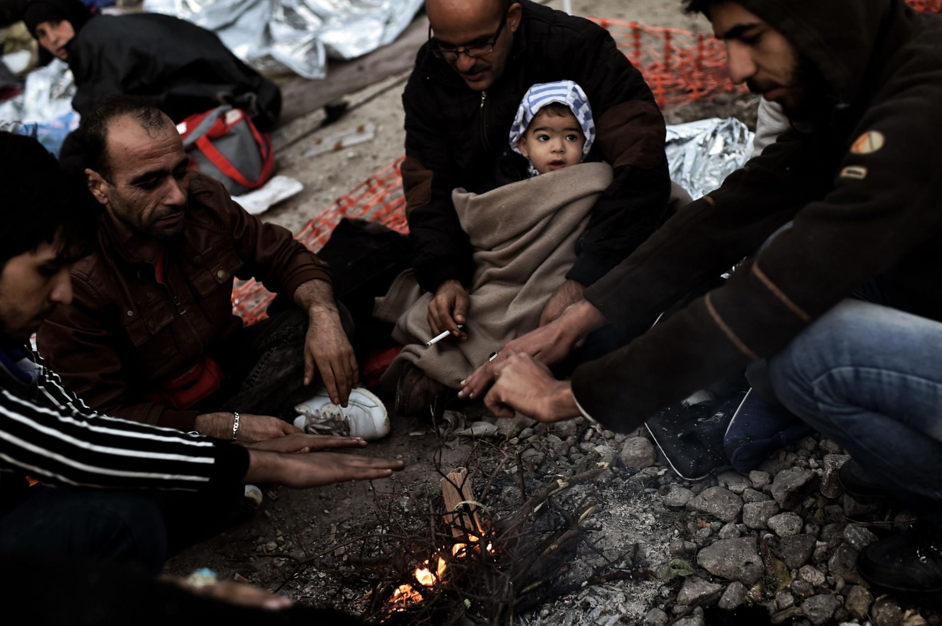 5.out.2015 - Imigrantes tentam se aquecer após chegarem à ilha grega de Lesbos, depois de completarem a travessia por mar a partir da Turquia. Segundo a ONU, nos últimos dez anos, o número de refugiados no mundo aumentou mais de 50%