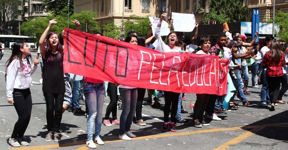 7.out.2015 - Estudantes realizam protesto na Praça da República, em frente a sede da Secretaria Estadual de Ensino, no centro de São Paulo (SP). A manifestação é contra a medida anunciada pelo secretário estadual da Educação, Herman Voorwald, de reorganizar as escolas públicas do Estado por ciclos