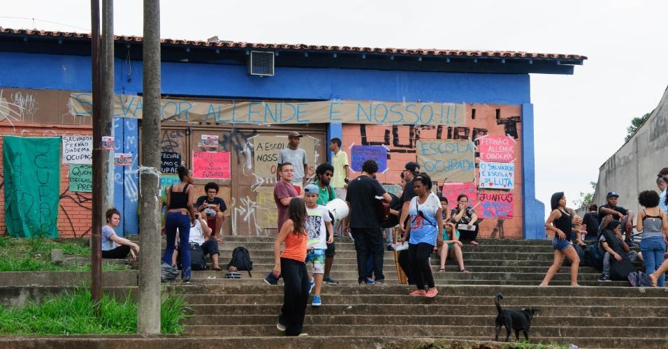 13.nov.2015 - Estudantes se concentram na Escola Estadual Presidente Salvador Allende Gossens, no bairro José Bonifácio, na zona leste de São Paulo. A escola foi ocupada por estudantes na quinta-feira. Professores e alunos são contra o fechamento da unidade
