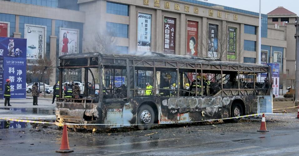 5.jan.2016 - Ao menos 17 pessoas morreram e mais de 30 ficaram feridas no incêndio de um ônibus na cidade de Yinchuang, no noroeste da China. As autoridades locais estão apurando as causas do acidente