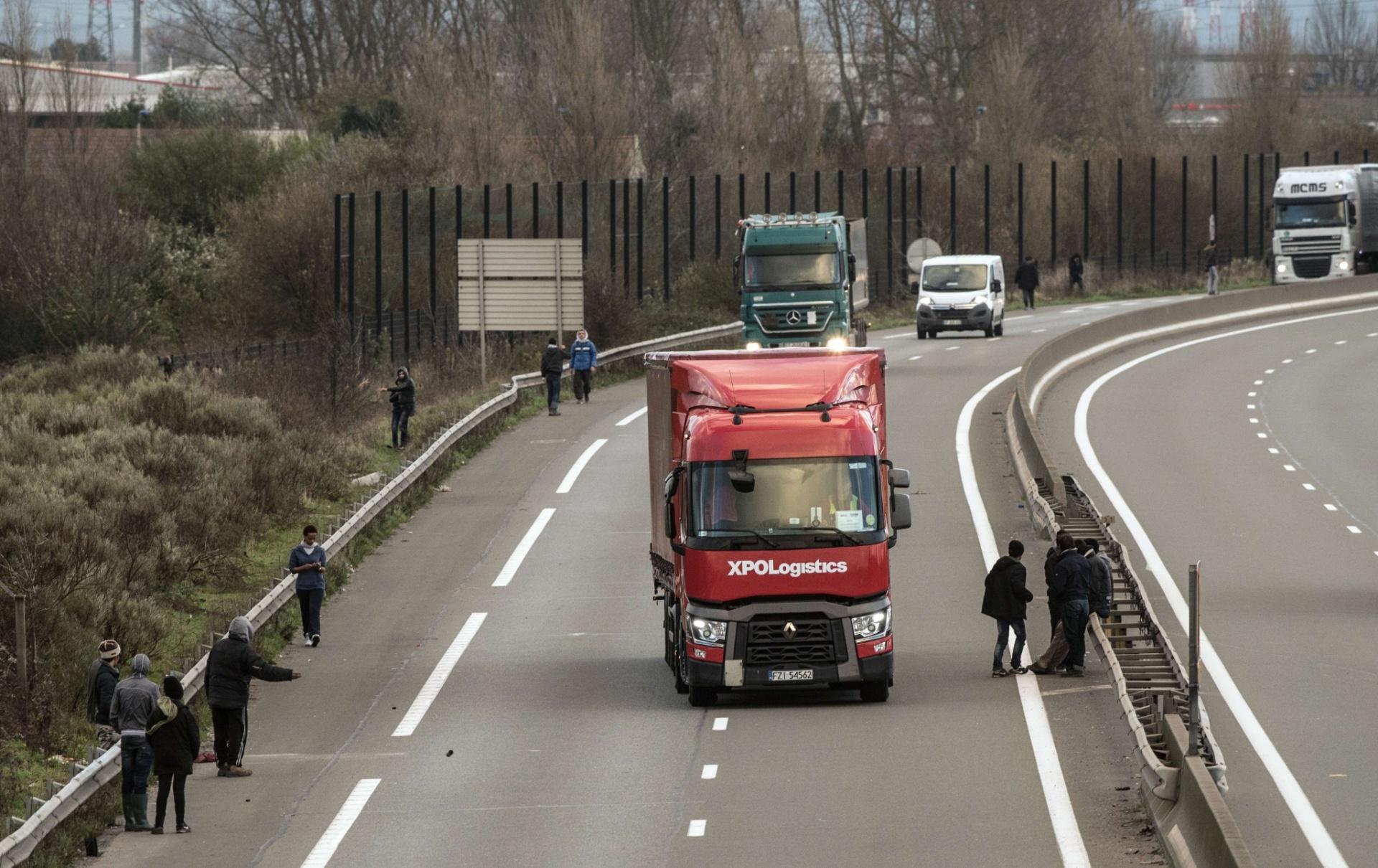 Caminhão em estrada da Europa