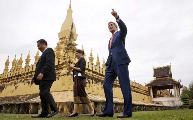 25.jan.2016 - O secretário de Estado dos EUA, John Kerry, visita o That Luang Stupa, ou Pha That Luang, em Vientiane, no Laos. A visita tem o objetivo de facilitar as relações entre EUA e Laos e superar velhos rancores da Guerra do Vietnã, que se estendeu ao país entre 1964 e 1973. Governado pelos comunistas desde 1975, o Laos é o país que recebeu a maior quantidade de bombas por habitante em todo o mundo, quando foi atingido por aproximadamente 580 mil bombardeios durante o conflito entre EUA e Vietnã